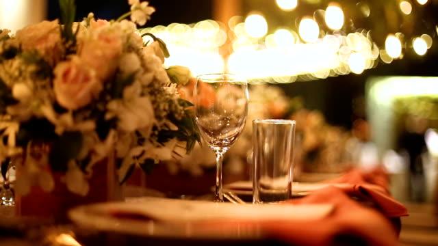 vídeos de stock, filmes e b-roll de ajuste da tabela de jantar na recepção do casamento. - banquete