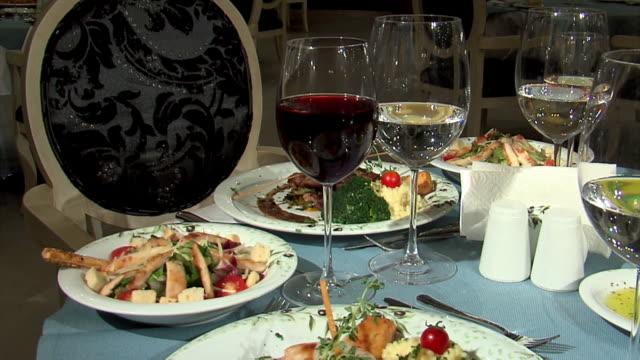 ディナーテーブルのセッティング - お食事デート点の映像素材/bロール