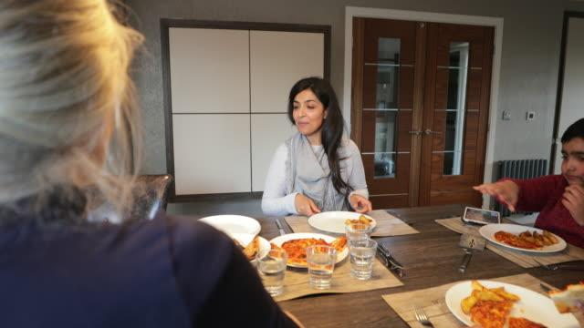 stockvideo's en b-roll-footage met de tijd van het diner is familie tijd - indisch subcontinent etniciteit