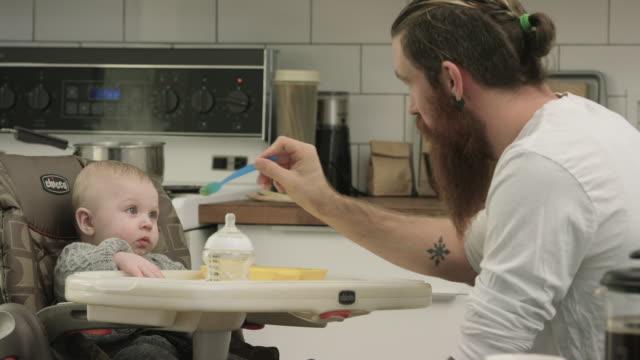 vídeos de stock, filmes e b-roll de o jantar  - cadeirinha cadeira