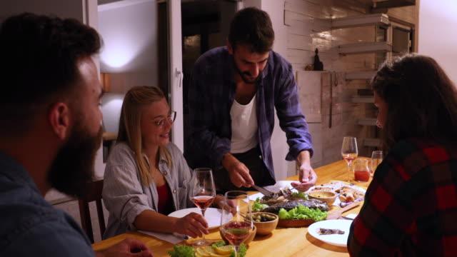 vídeos de stock, filmes e b-roll de jantar com amigos - grupo pequeno de pessoas