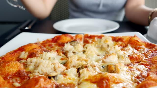 wohn / pizza auf den tisch - scheibe portion stock-videos und b-roll-filmmaterial