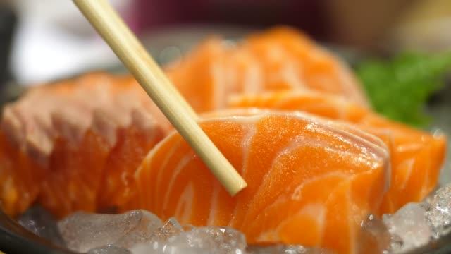 Manger des sashimis