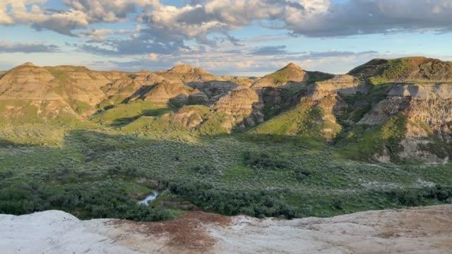 恐竜州立公園、アルバータ州、カナダ、日没時 - アルバータ州点の映像素材/bロール