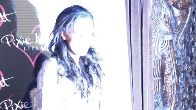 vidéos et rushes de dionne bromfield arrives at a party held to celebrate pixie lott's new season 'lipsy' clothing line. dionne bromfield sighting at gilgamesh... - pixie lott