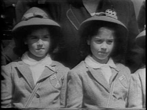 vidéos et rushes de dionne quintuplets of canada christen 5 us cargo ships in wisconsin with niagara river water / five suitcases / girls and family waving from train... - rivière niagara