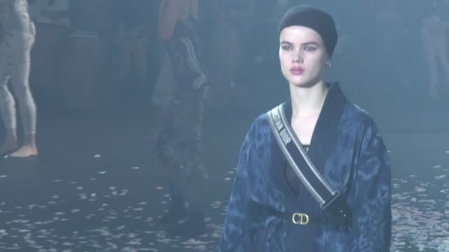 stockvideo's en b-roll-footage met dior unveils its 2019 spring summer collection during a catwalk show at the paris fashion week - catwalk toneel