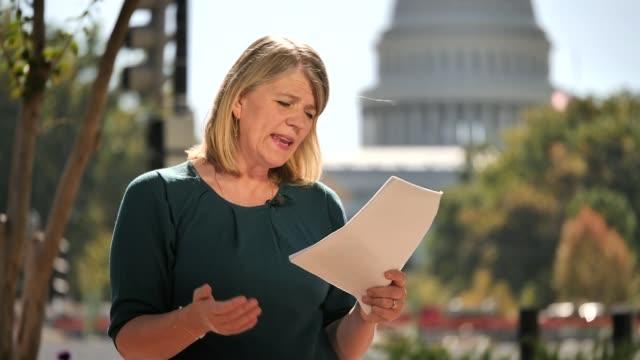 us diplomat gives 'devastating' testimony at trump impeachment hearing usa washington dc int reporter to camera - 法廷審問点の映像素材/bロール