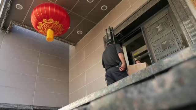 diplomats evicted as battle between china and us escalates usa texas houston ext various shots of removal firm workers carrying personal belongings... - 立ち退き点の映像素材/bロール