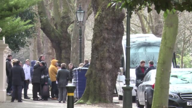 vídeos de stock, filmes e b-roll de diplomats expelled from the russian embassy in london are leaving the building with their families and luggage - embaixador
