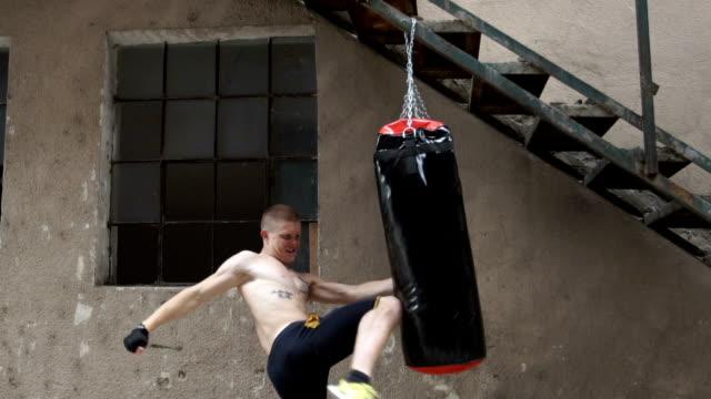 Direkte tritt in einen Boxsack