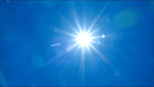 vídeos y material grabado en eventos de stock de directa sol y nube cielo lapso de tiempo, 4k video - mancha solar