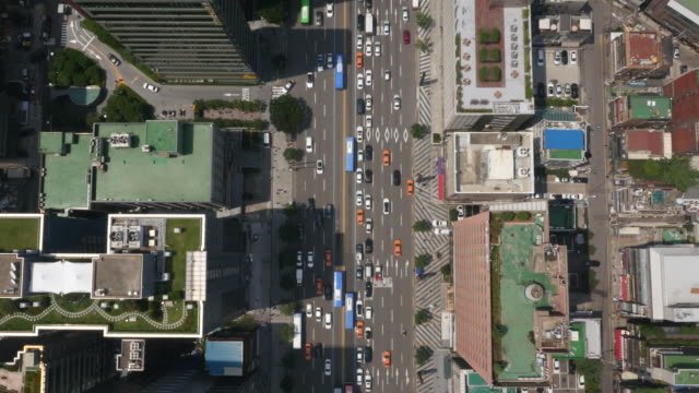 directly above aerial view of car traffic and skyscrapers at teheranno street (korean silicon valley) - ソウル点の映像素材/bロール
