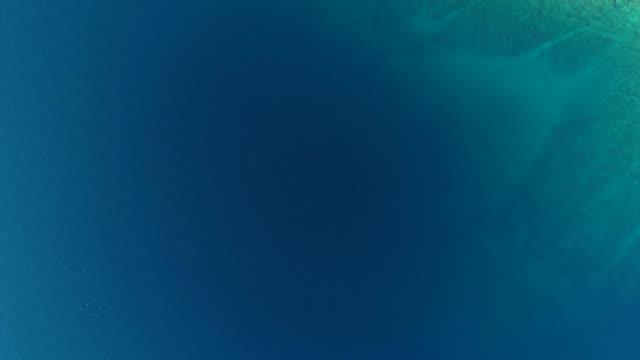 vidéos et rushes de directement au-dessus du littoral de l'île méditerranéenne - fonds marins