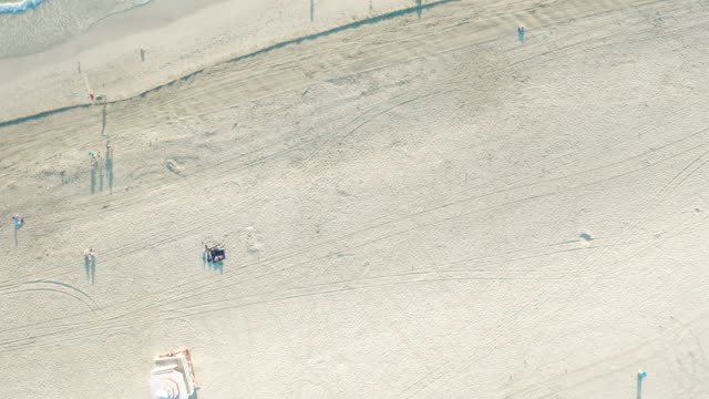 directly above drone view of world famous south beach in miami beach, florida, usa - オーシャンドライブ点の映像素材/bロール