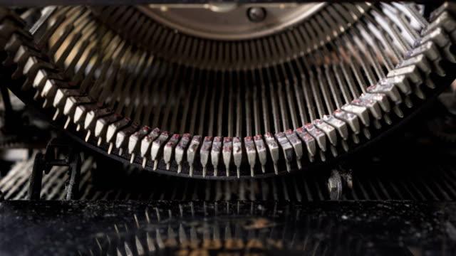 direkt von oben: innerhalb des vintage-schreibmaschine - journalismus stock-videos und b-roll-filmmaterial