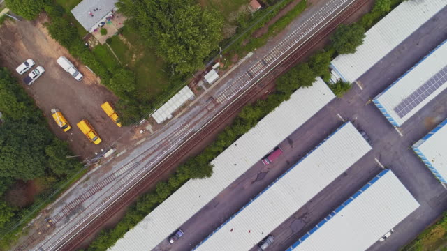 vídeos de stock e filmes b-roll de directly above, looking-down top view of the industrial zone with self-storage hangars in long island, new york state, usa. aerial drone video with the panning camera motion. - hangar