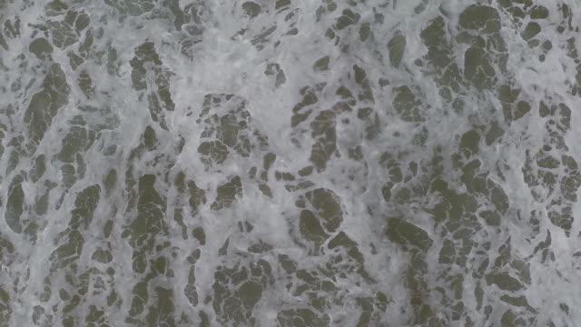 vídeos de stock e filmes b-roll de directly above shot of waves rushing on shore - 50 segundos ou mais