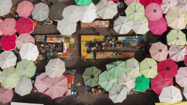 vídeos y material grabado en eventos de stock de directamente por encima de la vista de un mercado callejero - turquía