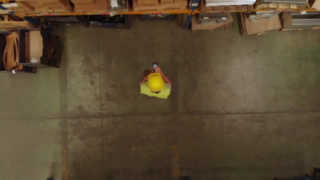 direkt oberhalb der ansicht eines warehouse-beauftragten - industriegebäude stock-videos und b-roll-filmmaterial