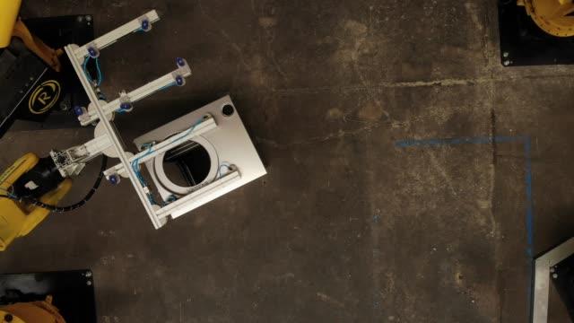 direkt oberhalb der ansicht der roboterarme in einer fabrik - 4k auflösung stock-videos und b-roll-filmmaterial