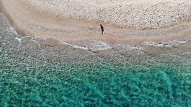 vídeos y material grabado en eventos de stock de directly above view of woman resting in paradisiac beach with white sand in the greek islands. - zoom hacia fuera