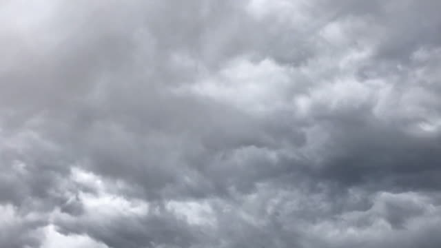 vídeos de stock e filmes b-roll de directly overhead stormy colorado sky in spring time lapse video - rolar