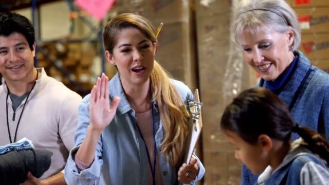 vidéos et rushes de directeur au drive de charité high fives petite fille - action caritative et assistance