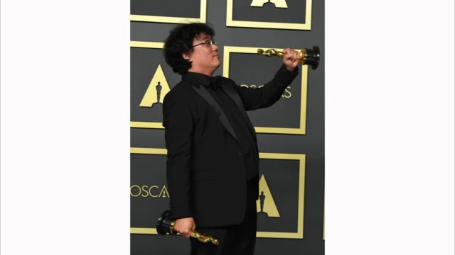 """vidéos et rushes de director bong joonho winner of the original screenplay international feature film directing and best picture award for """"parasite"""" pose in the press... - cérémonie des oscars"""
