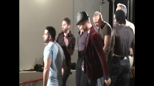 vídeos de stock e filmes b-roll de director directing the actors on set, actors do the scene as coordinated - justiça social