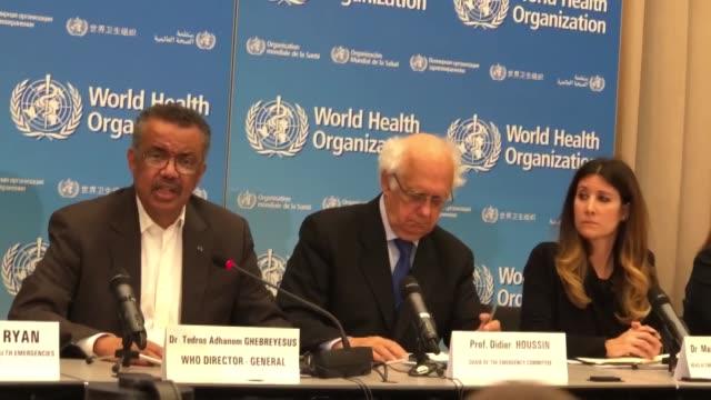 vídeos y material grabado en eventos de stock de director general of the world health organization , tedros adhanom ghebreyesus speaks to the media next to executive director of who health... - conferencia de prensa