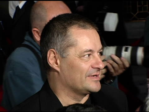 vídeos de stock, filmes e b-roll de director jean pierre jeunet at the 2004 afi film festival 'a very long engagement' arrivals at grauman's chinese theatre in hollywood california on... - um longo domingo de noivado