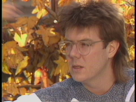 """vídeos y material grabado en eventos de stock de director john hughes says in a 1985 interview: """"i really remember it because i watched it. i didn't go to the parties, i stood outside and looked in."""" - guionista"""