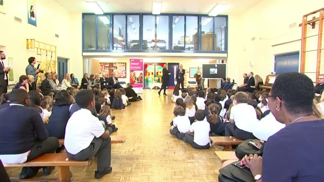 stockvideo's en b-roll-footage met director richard curtis backs initiative to twin london schools with refugee children england london wandsworth int primary school assembly - initiatief