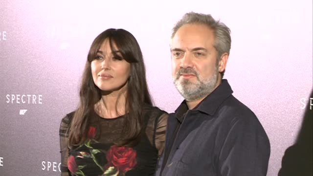 vídeos de stock, filmes e b-roll de director sam mendes and actress monica bellucci attend 'spectre' photocall - série de filmes do james bond
