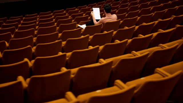 監督劇場でやまとのシナリオを読む - 映画監督点の映像素材/bロール