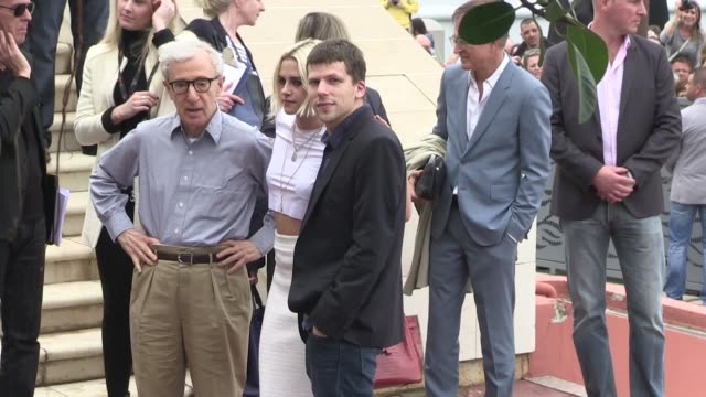 vídeos y material grabado en eventos de stock de director woody allen, blake lively, kristen stewart, jesse eisenberg and more attends the photo-call of cafe society during the cannes film festival... - woody allen