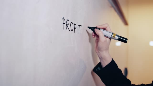 vidéos et rushes de directeur de la stratégie commerciale d'écriture sur un tableau blanc - gomme