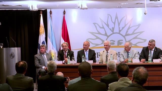 Dirigentes de Argentina Uruguay y Paraguay acordaron el lunes en Montevideo promocionar la postulacion conjunta del Mundial 2030 durante la Copa del...