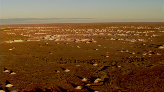 dirt mounds dot the landscape at the coober pedy opal mines. - coober pedy stock videos & royalty-free footage