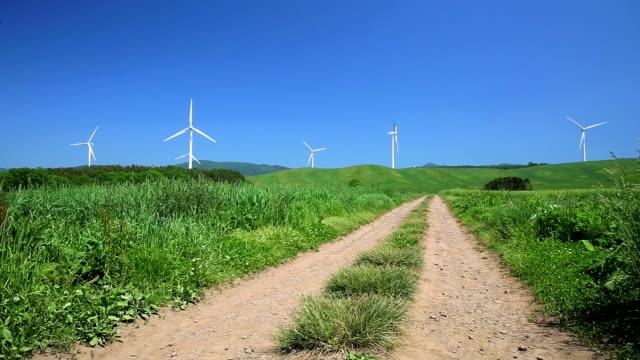 Schotterstrecke durch die Wiese zu den Windmühlen