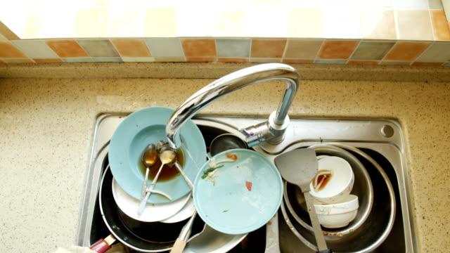 vídeos de stock e filmes b-roll de dirty dishes - lava loiças