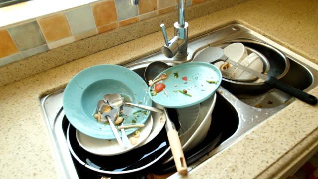 vídeos y material grabado en eventos de stock de platos sucios - lavabo pila