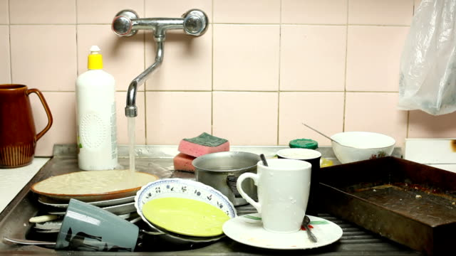 stockvideo's en b-roll-footage met dirty dishes - keuken huis