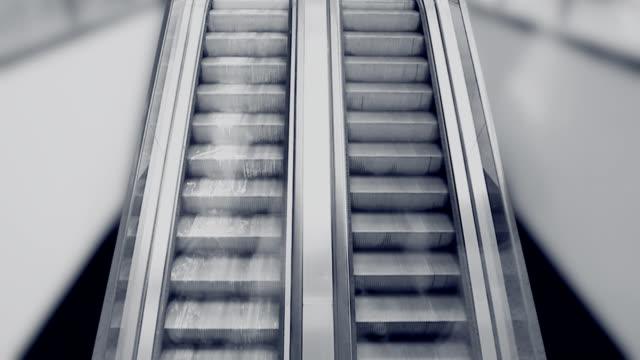 stockvideo's en b-roll-footage met vuile roltrappen in het winkelcentrum - monochroom