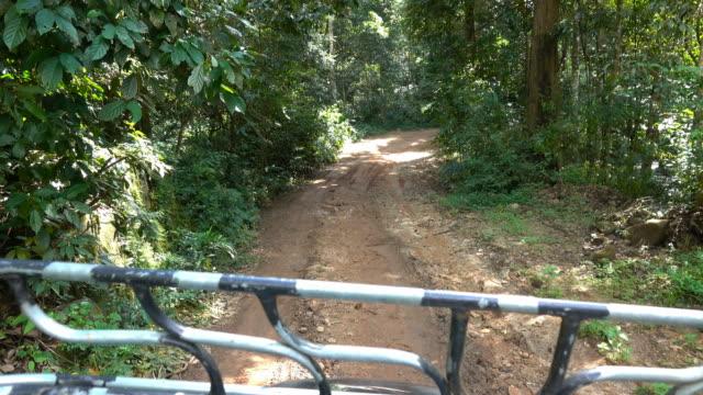 4K schmutzigen Straße in ein abgelegenes Dorf von 4 x 4 Pick-up-Truck im Wald Nord-Thailand.