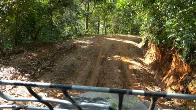 vídeos y material grabado en eventos de stock de 4k sucio camino a un pueblo remoto por camioneta 4 x 4 en el bosque del norte de tailandia. - desigual con textura