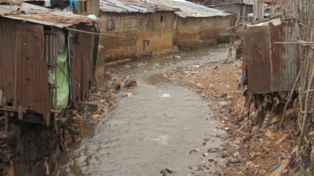 vídeos de stock e filmes b-roll de dirty stream in slum area of freetown, sierra leone - 2013