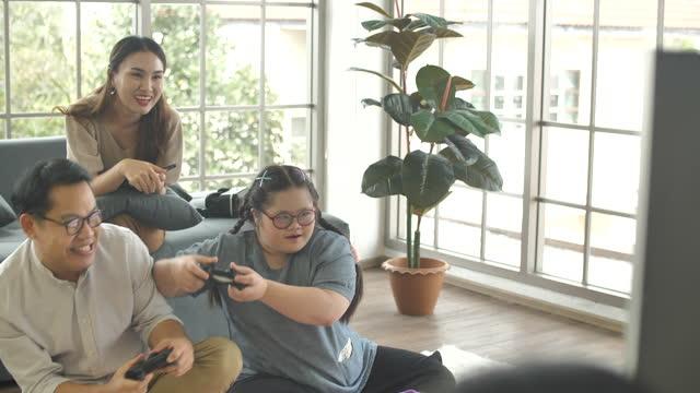 vídeos y material grabado en eventos de stock de familia con discapacidad durante la actividad doméstica de juegos - 30 39 years