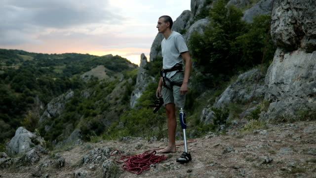 障害者の男は、登りきった - 夏休み点の映像素材/bロール
